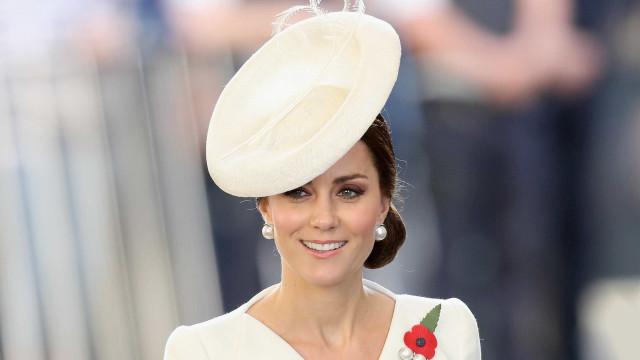Porque é que Kate Middleton não usa vernizes escuros?