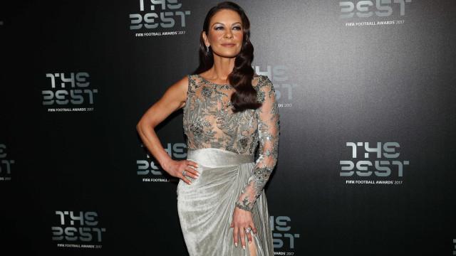 Aos 48 anos, Catherine Zeta-Jones brilha em gala da FIFA
