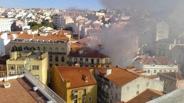 Incêndio deflagra na rua de São Bento, perto do Parlamento