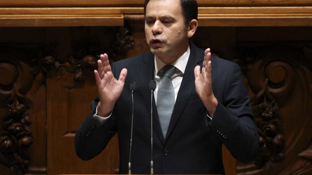 Montenegro diz que não faz sentido Hugo Soares pôr lugar à disposição