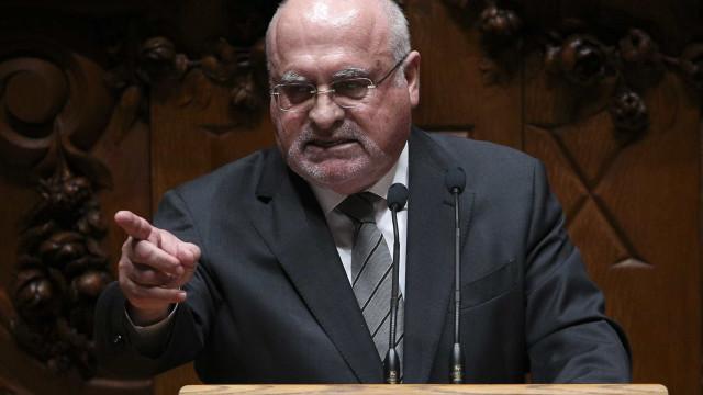 """Ministro responde ao PCP e diz-se """"disponível"""" para ir ao Parlamento"""