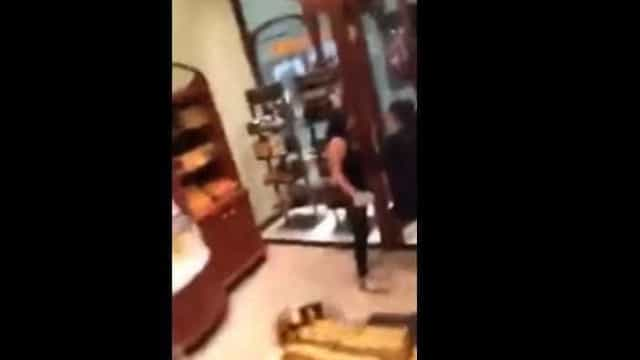Polícia fora de serviço perde a cabeça em chocolataria e é suspensa