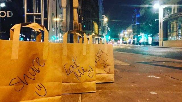 Todas as noites, restaurante deixa o que sobra em sacos para sem-abrigo