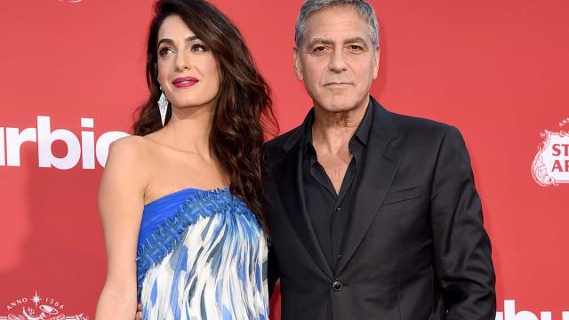Amal espalha elegância ao lado de George Clooney