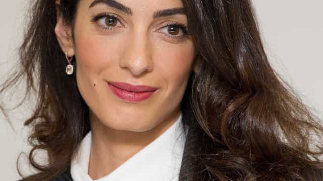 Look: O estilo charmoso e elegante de Amal Clooney