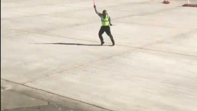 Controlador aéreo dança na pista para alegrar passageiros