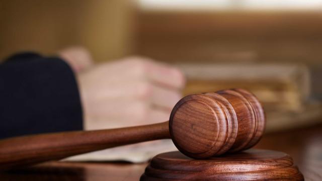 Suspeito de matar ex-mulher por asfixia opta pelo silêncio no tribunal