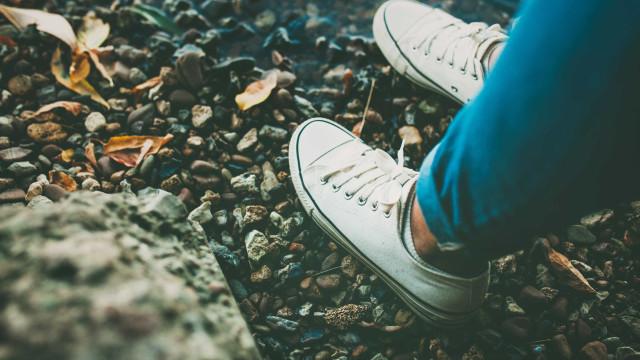 O melhor truque para limpar sapatos brancos sem que fiquem manchados