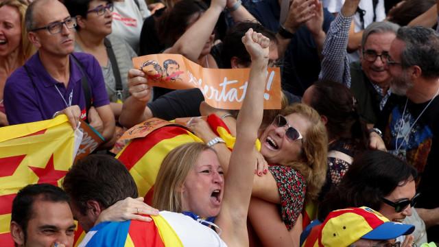 'Sí' vence. Parlamento da Catalunha vota por declaração de independência