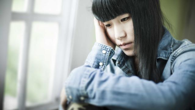 Adolescente japonesa obrigada pela escola a pintar o cabelo de preto