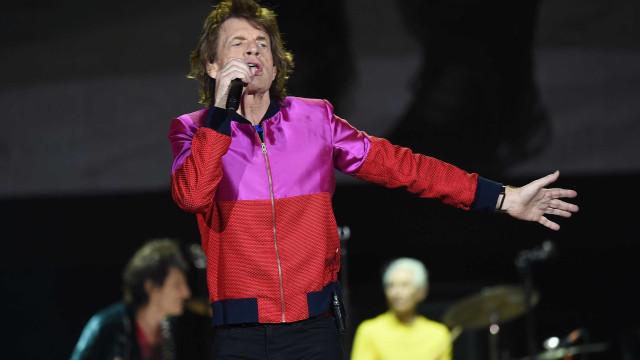 Aos 74 anos, Mick Jagger namora com jovem 52 anos mais nova