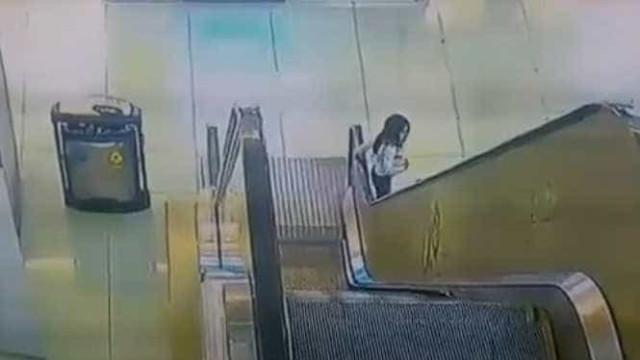 Criança fica presa em escadas rolantes. Salvamento heroico evitou o pior