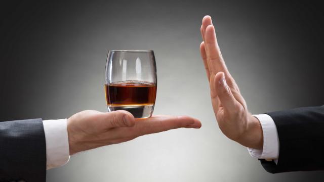 É nestes momentos que mais deve evitar as bebidas alcoólicas