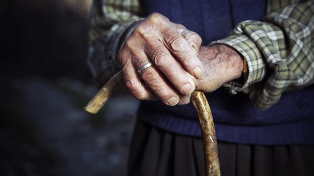 Abandono de idosos deve ser crime? Parlamento vai debater sexta-feira