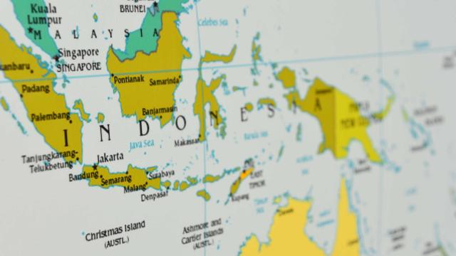 Vulcão indonésio expele coluna de fumo e cinzas até 5 km de altitude