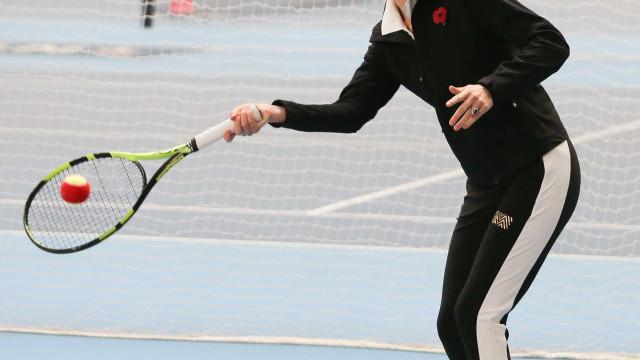 Grávida, Kate vestiu o fato de treino para jogar uma partida de ténis