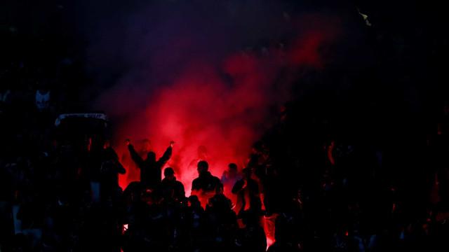 UEFA não castiga Benfica por uso de material pirotécnico em Old Trafford