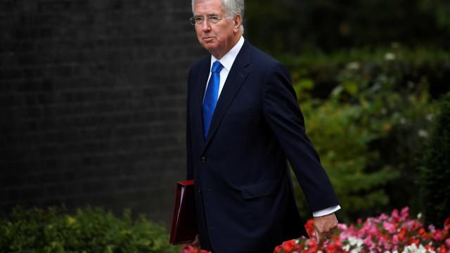 Ministro da Defesa britânico demite-se após acusação de assédio sexual