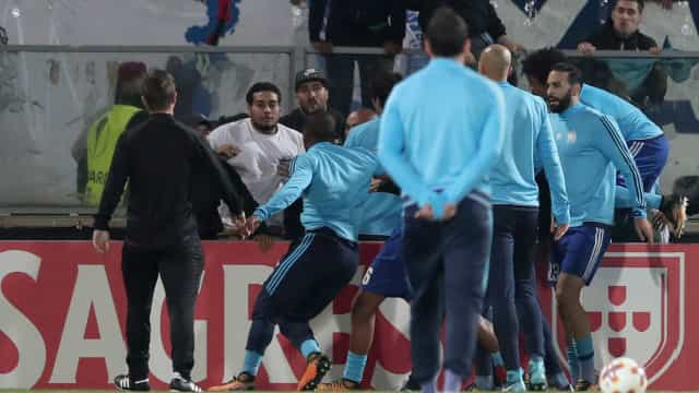 Evra perde a paciência com adepto do Marselha e acaba ao pontapé