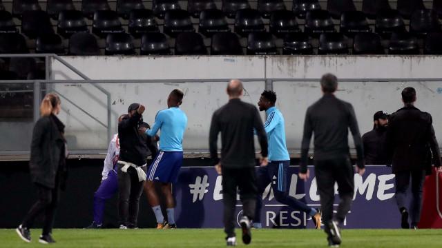 Liga Europa: Evra é o primeiro de sempre a ser expulso antes de jogo