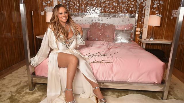 Mariah Carey dá autógrafos numa posição caricata e momento torna-se viral