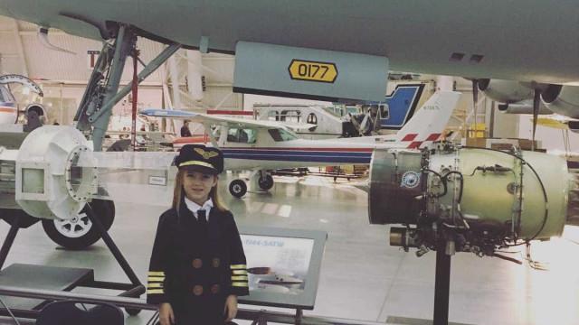 Menina que quer ser piloto de aviões veste uniforme cada vez que voa