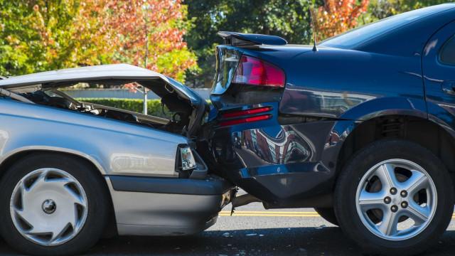 Esperar pela polícia para tirar um carro acidentado da estrada? Dá multa