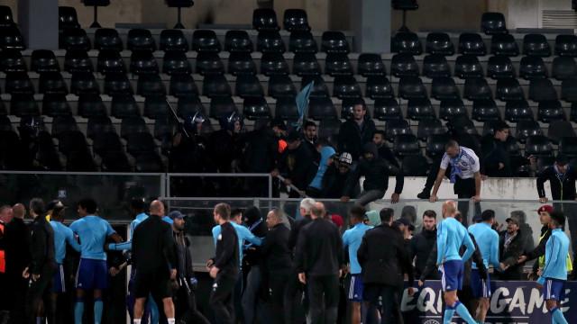 Marselha anuncia afastamento de Evra depois de pontapé em adepto
