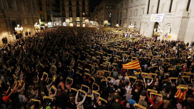 Milhares de pessoas concentraram-se hoje em várias praças catalãs