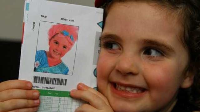Foi vestida (por engano) de 'troll' no dia da foto oficial da escola