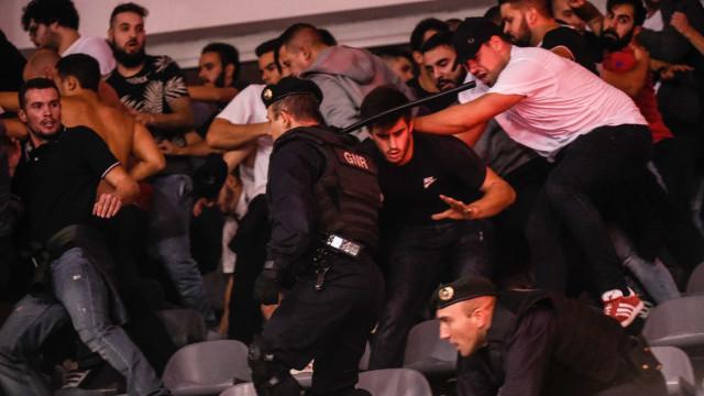 Tochas, cadeiras pelo ar e carga policial marcam Sp. Braga-Benfica