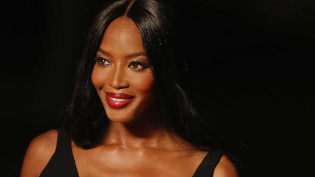 Após aparecer sem peruca, Naomi Campbell muda de visual
