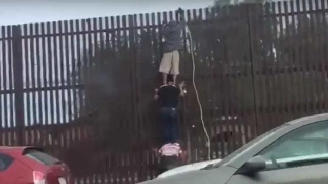 Usa escada humana para passar fronteira entre México e EUA