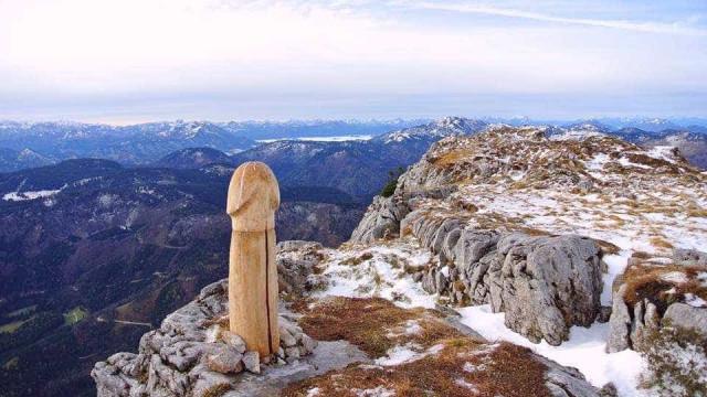 Escultura de pénis (gigante) aparece em topo de montanha austríaca
