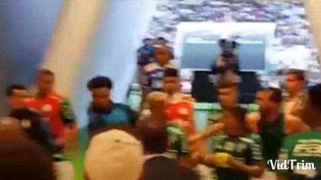 Felipe Melo perdeu a cabeça e atirou-se a adversário no túnel