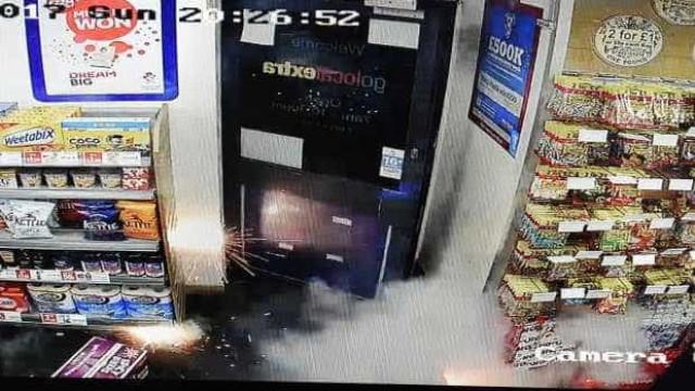 Grupo atira fogo de artifício para dentro de loja de conveniência