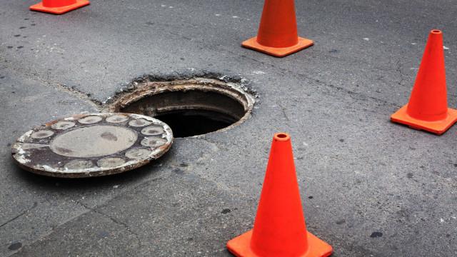 """Rua em Famalicão afetada por """"água com sangue"""" de tampas de saneamento"""
