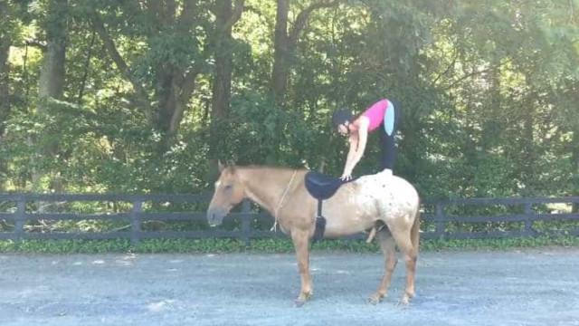 Fazer yoga montada num cavalo? Sim, é possível