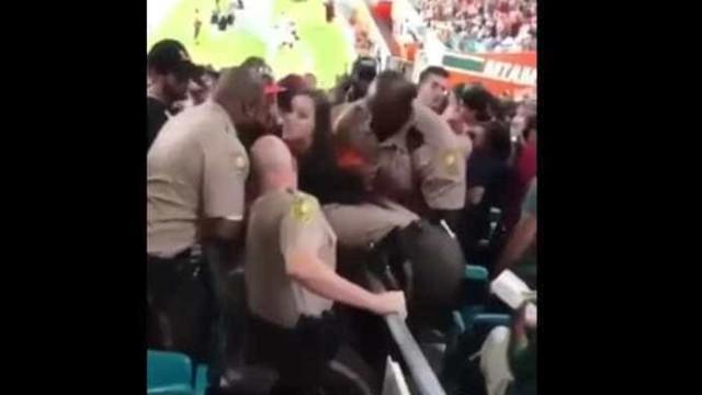 Polícia agride adepta no momento em que é expulsa de estádio