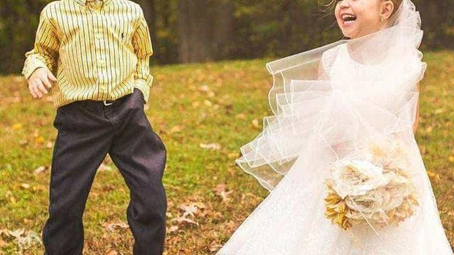 Dias antes de ser operada, criança realiza sonho de casar com amigo
