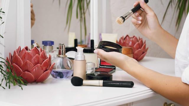 Cinco conselhos para comprar maquilhagem mais em conta