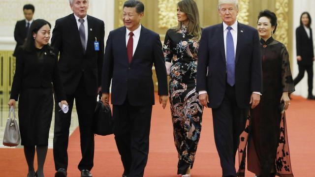 Melania Trump aposta em look de inspiração chinesa em visita à Ásia