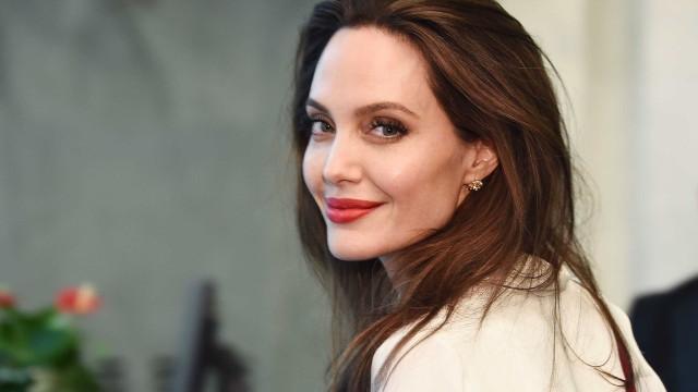 Angelina Jolie deslumbra ao lado dos filhos em Nova Iorque