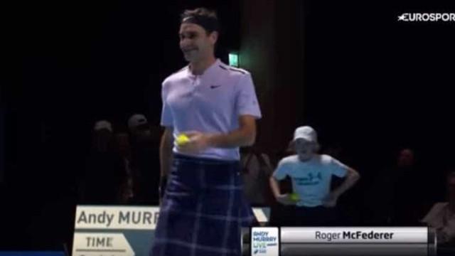 Roger Federer sobe ao court de saia em partida de exibição