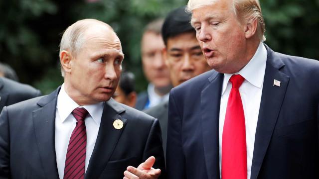 """Trump lamenta """"caça às bruxas"""" a Putin que prejudica relação entre países"""