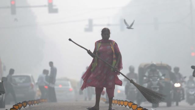 Nova Deli está coberta por fumo e ar poluído. Veja as imagens