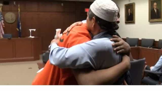 Homem perdoa assassino do filho e abraça-o