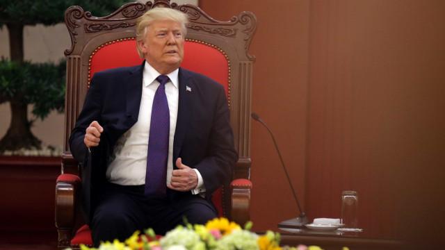 """Trump """"entornou vinho nas costas de jornalista"""" de propósito"""