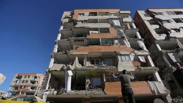 As imagens (chocantes) do sismo nas regiões fronteiriças do Irão e Iraque