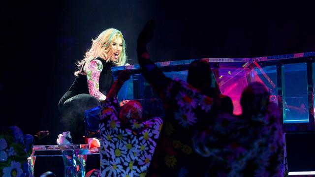 Lady Gaga interrompe espetáculo para ajudar fã ferido